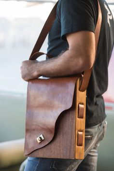 Xειροποίητη ανδρική ξύλινη τσάντα τύπου ταχυδρόμου MC+ Custom made wooden messenger bag for men by MC+