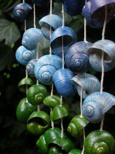 """Šnečí větrohra """"Nebe na zemi"""" mini Na větvičce (patřičně vyschlé, rok staré, z růžového keře s ponechanými trny) je navlečeno 48 malých a středně velkých ulit tónovaných do odstínů zelené a modré. Větvička je přelakována jednou vrstvou vodou ředitelného matného laku. Otěruodolné. Ulity nejsou lakované. Kolorováno minimálně ve třech vrstvách.Navlečeno na ..."""