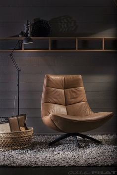 Fauteuil Reflex in cognac leer - stoere draaifauteuil - Woonwinkel Alle Pilat - Woonwinkel Alle Pilat – stoere draaifauteuil Cognac leer - Wooden Swing Chair, Swinging Chair, Gray Dining Chairs, Living Room Chairs, Sofa Furniture, Furniture Design, Modern Recliner, Upholstered Chairs, Chair Design