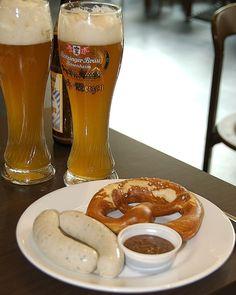 #Bayerisches Weißwurstfrühstück mit Brezn und Weißbier #Bayerische #Tradition