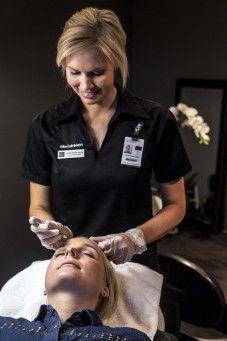Camilla Brekke Hansen har vært kosmetisk sykepleier siden 2005. Hun har solid erfaring og driver Elite Klinikken på Sandvika Storsenter.