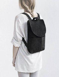 Schöner Rucksack aus Naturwildleder mit Taschen-Details aus Leder! Hier entdecken und shoppen: http://sturbock.me/Ptl