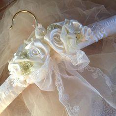 Artículos similares a Wedding dress hanger. Padded Coat Hangers, Diy Clothes Hangers, Wedding Dress Hanger, Wedding Hangers, Wedding Dresses, Shabby Chic Fabric, Shabby Chic Crafts, Fabric Flower Tutorial, Bow Tutorial