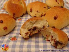 I pangoccioli con lievito madre sono dei soffici panini arricchiti di gocce di cioccolato, ottimi per la colazione e la merenda dei nostri bambini!