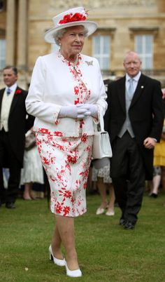 Queen Elizabeth II attends the last summer Garden Party of 2008 at Buckingham Palace on July 2008 in London, England. Get premium, high resolution news photos at Getty Images God Save The Queen, Hm The Queen, Royal Queen, Her Majesty The Queen, English Royal Family, British Royal Families, Queen And Prince Phillip, Prinz Philip, Die Queen