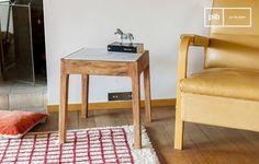 La mesa auxiliar cuadrada Marmori es una mesa de madera y mármol con un aspecto vintage.