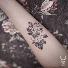 Mini rose by @zihwa_tattoer
