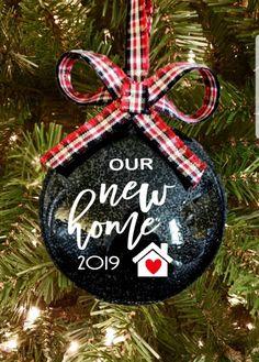 house ornaments Happy New Year Vinyl Christmas Ornaments, House Ornaments, Christmas Balls, Rustic Christmas, First Christmas, Christmas Crafts, Christmas Decorations, Diy Ornaments, Christmas Ideas