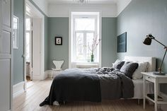 This is such a majestic and beautiful home. The architectural details are just amazing and are well complemented by a mix of classic and mid-century modern furniture. I love the green touch in the bedroom, which is a nice detail … Continue reading → Scandi Bedroom, Bedroom Green, Home Bedroom, Bedroom Decor, Design Bedroom, Sofa Design, Interior Design, Minimalist Room, Mid Century Modern Furniture