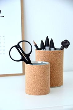 Penneholder i kork Pen Holders, Place Card Holders, Storage Design, Diy Tutorial, Cork, Diy Projects, Mugs, Tableware, Instagram Posts