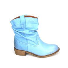 Licht blauw  zijn deze enkellaarsjes  van Monshoe Fashion! Lekker draagbaar en betaalbaar is deze hit van Monshoe Fashion. De enkellaarzen zijn  grotendeels van leer en canvas gevoerd. De hakhoogte is ongeveer 3 centimeter en de korte schacht is geplooid aan de bovenzijde van de schacht twee lussen de  kleur is blauw.