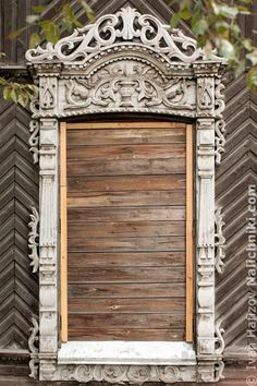 Janela russa com esquadrias Tomsk, de madeira, estilo Império. Totalmente fechada.  Fotografia: Ivan Hafizov.