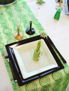 Des assiettes de couleur et taille différentes ont été superposées : une grande assiette de couleur chocolat et une plus petite, blanche.