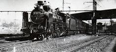 """昭和8年頃(1933)特急""""つばめ""""を引くC51型機関車(杵屋栄二氏撮影)横浜駅を発車したところ。"""