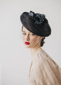 Black headdress with flower for guest of CHERUBINA. Headdress made completely handmade in our workshop in Seville. Millinery Hats, Fascinator Hats, Fascinators, Headpieces, Glasses For Round Faces, Fancy Hats, Wedding Hats, Love Hat, Halloween Disfraces