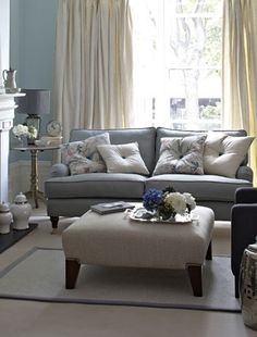 Vintage splendor : Choose a palette of soft egg shell blue, pale grey and creams for a sophisticated colour scheme that harks back to the period slendor of the Georgian era.