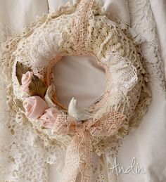 Velký krajkový věnec, nejen vánoční Věnec je ze tří vrstev háčkovaných krajek v barvách bílá a dva dostíny smetanové. Zdobení třemi ručně tvořenými růžičkami proloženými kovovými listy růží v úpravě staromosaz a třemi porcelánovými květy s velkými perličkami a bílým ptáčkem. Krajková mašle v jahodové barvě je shodná s poutkem na zevěšní. ...