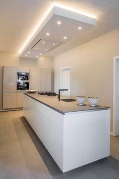 Keuken in strak design met verlaagd plafond. Tevens kleur- en verlichtingsplan verzorgd door Bad en Keuken Design Sevenum.