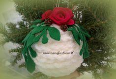 decorazioni natalizie fai da te molto belle e poco costose le palline di lana decorate con rose e foglie in pannolenci addobbi per l'albero di natale facili