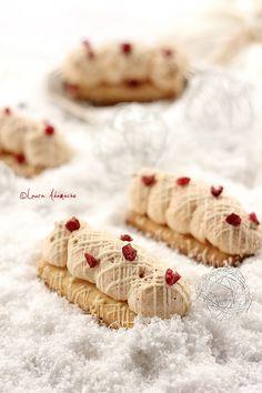 Biscuiti cu bezea si lamaie - mod de preparare. Reteta de biscuiti de Craciun cu bezea si lamaie. Biscuiti cu bezea pentru Craciun sau Revelion.