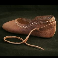 The Vlaardingen Viking shoe is a turn shoe, constructed and sewn by hand. Linen thread is used for the edge-to-edge seam to connect the ends of the single-piece upper shoe together and uses the edge-t