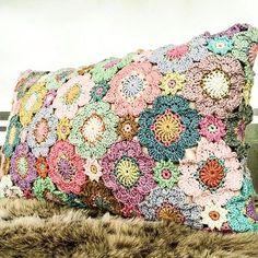 @en_croche #crochet #crocheted #crocheter #crochetaddict #crochetlove #crocheting #crochetideas #crochetinspiration #crochetingisfun #crochetinstagram #icrochet #instacrochet #ganchillo #ganchillocreativo #ganchilloterapia #virka#virking #häkeln #örgü #örgüseverler #örgümodelleri #örgümüseviyorum #örgüyastık #kırlent #uncinetto #tejer #tejidos #crochetpillow