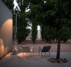 Σχεδιασμένα από τους  Αντόνι Arola και Enric Rodríguez για τον οίκο Vibia τα φωτιστικά εδάφους Bamboo χαρακτηρίζονται από τη λεπτή σιλουέτα τους, που ενοποιείται αρμονικά στον περιβάλλοντα χώρο. Η συλλογή Bamboo είναι ιδανική για το φωτισμό μονοπατιών, σύνολο κήπων καθώς και υπάιθριων χώρων. Όλες οι εκδόσεις διαθέτουν LED υψηλής τεχνολογίας.