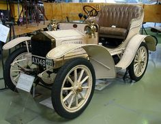 A 1905 Rolls-Royce the first of its brand ever to roll off the line. The Rolls-Royce trademark was first registered in the US June Auto Rolls Royce, Rolls Royce Motor Cars, Auto Jeep, Old Vintage Cars, Antique Cars, Buick, Bmw, Rolls Royce Models, Classic Chevrolet