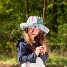 Pălăria clasică perfectă: cu boruri late și răcoroase. O pălărie perfectă de plajă pentru  bebeluși,copii și femei. Borurile rotunde se pot plia în funcție de preferințe. Pălărie din materiale exclusiv organice. 100 % bumbac organic din culturi controlate biologic kbA. Bumbacul este lipsit de aditivi chimici.   Mărimi pălărie de la 50(copii) până la 56( femei).  Produsele Pickapooh sunt fabricate în Germania. Cowboy Hats, Marie, Model, Fashion, Moda, Fashion Styles, Scale Model, Fashion Illustrations