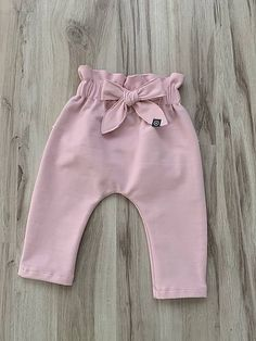 Tepláčiky s volánom JIM / JIM, shops courts tenues ados taille haute d'été sympas de début d'automne stylés Baby Girl Leggings, Baby Girl Pants, Girls Pants, Little Girl Dresses, Baby Girl Fashion, Toddler Fashion, Fashion Kids, Baby Boy Outfits, Kids Outfits