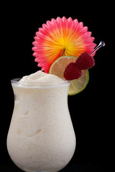 Frozen Banana Daiquiri 3 ounces of light rum ounces of fresh lime juice 1 teaspoon of superfine sugar or simple syrup 1 sliced banana (Reserve a couple of slices for garnish.) Blend all the ingredients with one cup of cracked ice until smooth. Frozen Banana Daiquiri Recipe, Peach Daiquiri, Frozen Daiquiri, Frozen Margaritas, Party Drinks, Cocktail Drinks, Fun Drinks, Yummy Drinks, Milkshakes