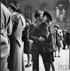 Прощальные поцелуи на Пенсильванском вокзале.  Женщины отправляют своих мужей на Вторую мировую войну.  Фото: Альфред Эйзенштадт