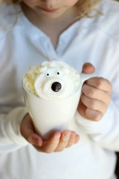 Make this white hot chocolate recipe with only 4 simple ingredients you probably already have in your kitchen! Then top it off with an adorable polar bear marshmallow for one impressive cup of hot chocolate! featured at Katherines Corner Hot Chocolate Bars, Hot Chocolate Recipes, White Chocolate Chips, Chocolate Party, Giant Marshmallows, Hot Chocolate With Marshmallows, Little Passports, Diy Weihnachten, Fruit Smoothies