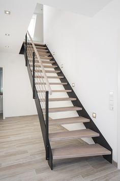 HPL-Treppe mit Stufen und Handlauf in der Holzart Eiche gekälkt