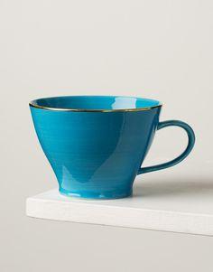 Större mugg i en målad blå ton med en guldfärgad kant.