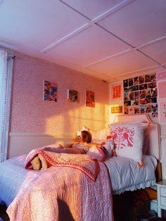 Dorm Room Designs, Room Design Bedroom, Bedroom Inspo, Bedroom Ideas, College Dorm Rooms, College Life, Pretty Room, Teen Room Decor, Room Goals