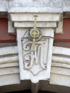 Cacería Tipográfica N° 360: El monograma FM en la entrada a una casona en la Avenida Goyoneche, Centro Histórico de Arequipa.