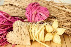 palhinhas para feitos à mão, flores e corações de palha, com fundo de madeira — Imagem Stock #36602627