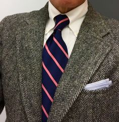Dark grey tweed jacket, white OCBD, navy tie with pink stripes Tweed Run, Tweed Jacket, Jacket Men, Grey Sport Coat, Ivy League Style, Smart Outfit, Men Photography, Country Outfits, Casual Chic Style