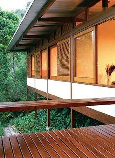 """Beiral largo, estrutura em madeira, fachada com amplas aberturas. Janelas com aberturas para ventilação cruzada sobre vergas na construção residencial """"Casa Brava 2"""" - Dal Pian arquitetos."""
