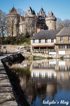 lac-tranquille-et-chateau-combourg-2 Château Fort, Brittany, Coins, Mansions, House Styles, Small Towns, Romanticism, Rennes, Forts