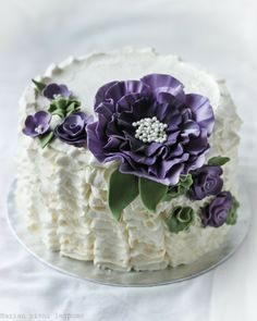 Marian pieni leipomo: Kermakakku violeteilla kukilla