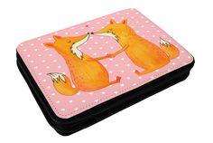 Federmappe Füchse Liebe aus Kunstfaser  Natur - Das Original von Mr. & Mrs. Panda.  Diese wunderschöne Federmappe von Mr. & Mrs. Panda ist etwas ganz besonderes. Sie wird liebevoll bedruckt und ist voll bestückt inkl. Bunt- und Filzstiften, Lineal, Spitzer, Radierer. Sie entspricht REACH Verordnung (EG) Nr. 1907/2006     Über unser Motiv Füchse Liebe  Die Fox Edition ist eine besonders liebevolle Kollektion von Mr. & Mrs. Panda. Jedes Motiv ist wie immer bei Mr. & Mrs. Panda hangezeichnet…