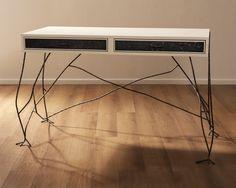 Schrijverstafel van wit spuitwerk, staal en brons