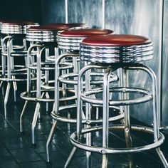 Au bar / At the bar  #tabouret #barstool #métal #metal #chrome #texture #reflet #shiny #bar #acier #steel #hardrockcafe #hardrockcafeniagara #niagarafalls #simple #composition #minimal #shinythings #reflection #réflection