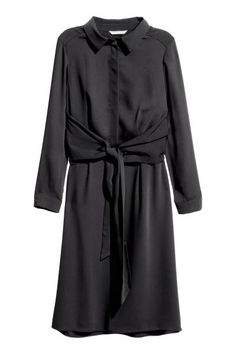 Knee-length dress: Knee-length dress in a soft weave with a slight sheen, with a collar, concealed button placket, seam at the waist and wide skirt. Loose yoke at the back with ties that can be fastened at the front or back. Unlined.