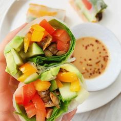 🌟 SUPER QUICK RECIPE 🌟 Fresh veggie spring rolls with satay dipping sauce 🌈✨🥢 Seeing as the weather is so DIRE outside, I thought it was v appropriate to try and brighten up your day with these deeeeelish and super easy mushroom rainbow rolls. They make a fab lunch and you can fill them with anything you have in the fridge!! . Recipe below (serves 1): . 1️⃣ Chop a two handfuls of mushrooms into quarters, and slice all your veggies into thin strips. I used a mixture of tomatoes, orange…