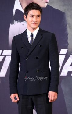 Young in style, Korean actor Choi Si(Hangul: 최시원; hanja: 崔始源; born April 7, 1986, officially registered on February 10, 1987), known simply as Siwon (Hangul: 시원; hanja: 始源),in a bit less manly look.
