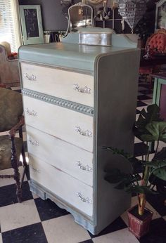 Super Ideas for shabby chic bedroom dresser inspiration Refurbished Furniture, Paint Furniture, Repurposed Furniture, Shabby Chic Furniture, Furniture Projects, Furniture Makeover, Dresser Makeovers, Dresser Ideas, Waterfall Furniture