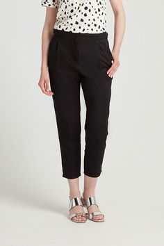 These cropped tailored trousers feature a D-ring waist detail and slanted pockets. 100% Organic Cotton.